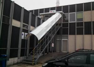 Ochranná plachta pre vchod do budovy